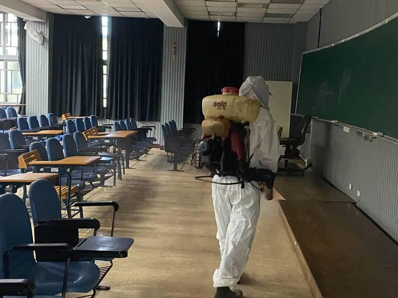 輔仁大學進修推廣部學生確診,校方進行大消毒。(輔仁大學提供)