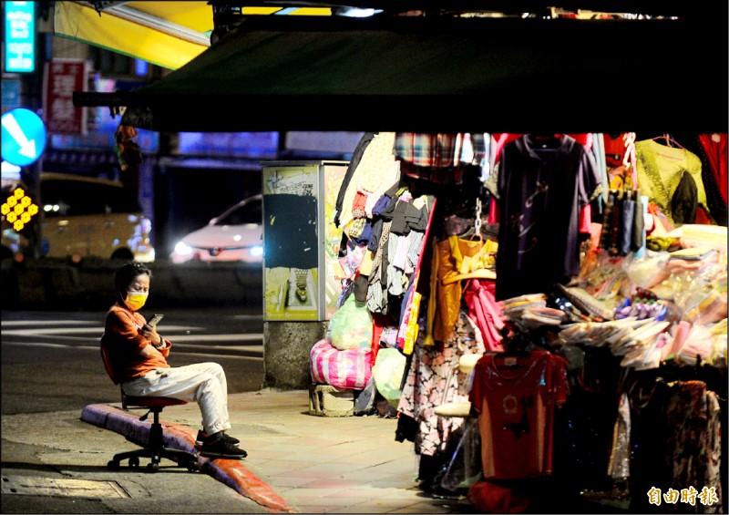 武漢肺炎,雙北升級到三級警戒,台北市萬華區廣州街夜市宣布停業,附近商圈生意大受影響。(記者王藝菘攝)