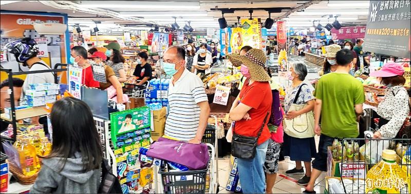 賣場祭出「限購令」,避免民眾瘋狂採購,結帳處大排長龍。 (記者方賓照攝)