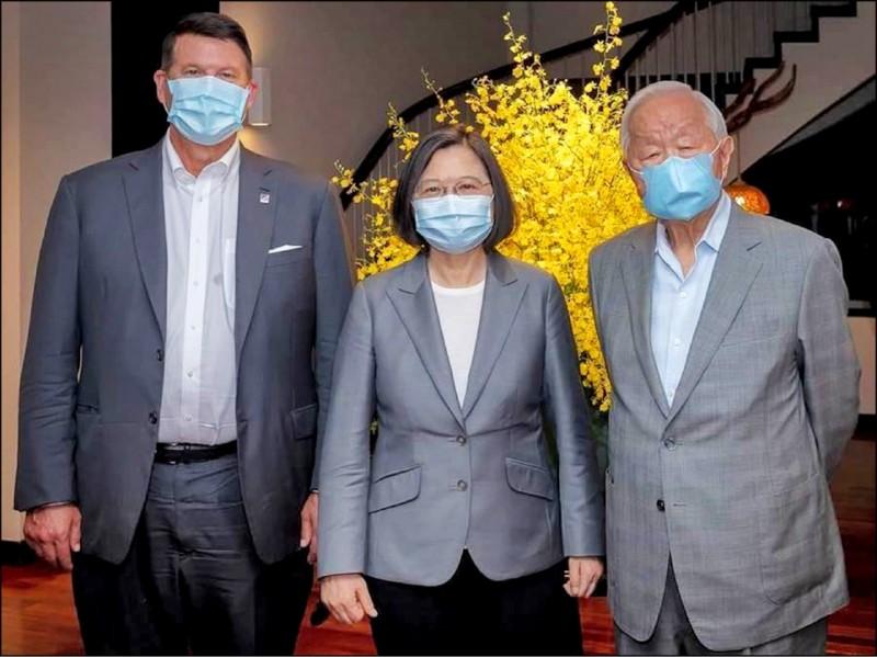 台灣經濟在疫情之下持續暢旺,且與世界其他國家的關係,也獲得更廣泛的重視。圖為去年美國國務院次卿柯拉克(左)來台訪問,與總統蔡英文(中)和台積電創辦人張忠謀(右)合影。(資料照,總統府提供)