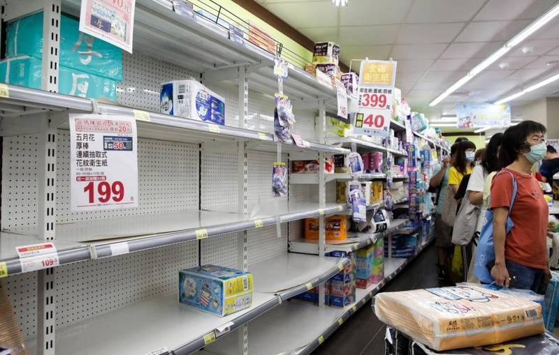 武漢肺炎(新型冠狀病毒病,COVID-19)本土案例激增,造成民眾恐慌,不少人前往超市、大賣場搶購泡麵與其他民生物資。(彭博)