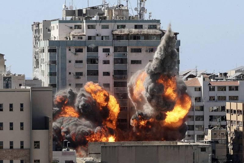 以軍15日轟炸加薩市時,炸毀《美聯社》、《半島電視台》等媒體辦公室所在的「賈拉大樓」。(法新社)