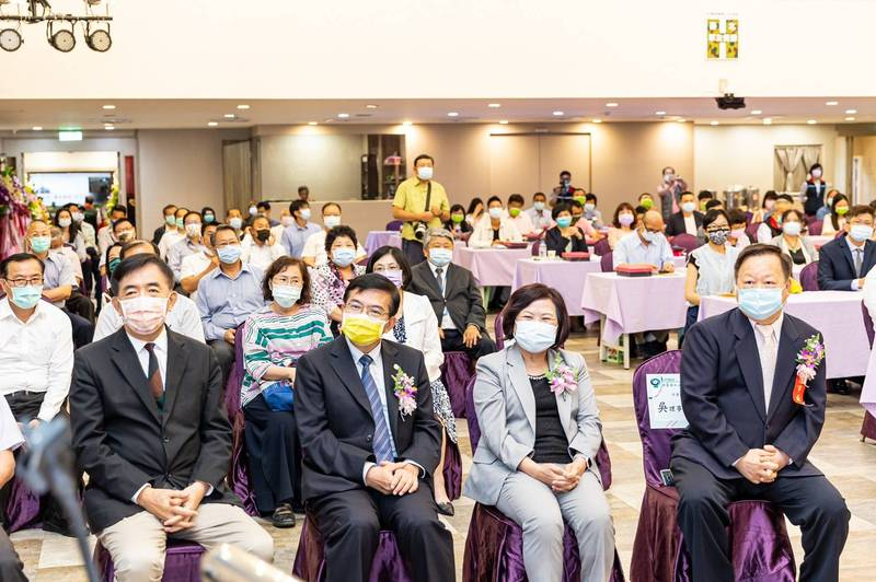 郵政工會舉辦的模範員工表揚大會,出席者包含交通部長王國材、勞動部長許銘春、董事長吳宏謀及其他一級主管。(讀者提供)