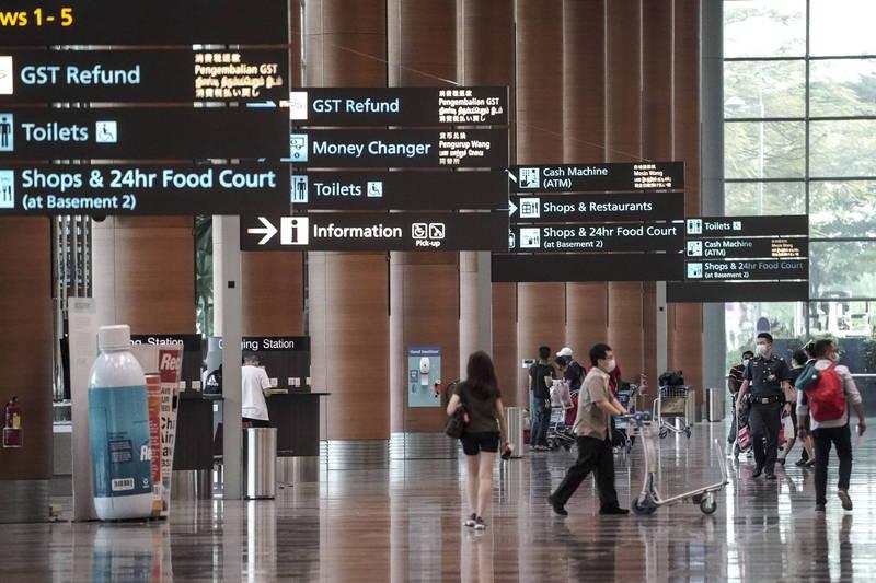 針對台灣武漢肺炎疫情升溫,新加坡昨發布新聞稿,指將加強相關邊境管制措施,包含從台灣入境的新加坡公民、永久居民、長期准證持有者,必須隔離21天及接受檢測。圖為新加坡樟宜機場。(法新社)