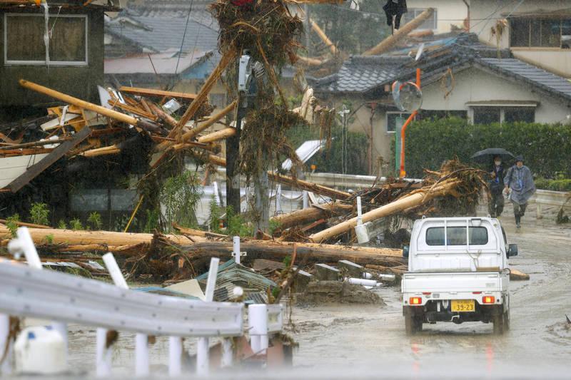 日本九州前日宣布進入梅雨季節,氣象廳為防範未然提前請民眾注意豪大雨的到來,圖為去年大雨導致九州地區災害頻傳。(美聯社)
