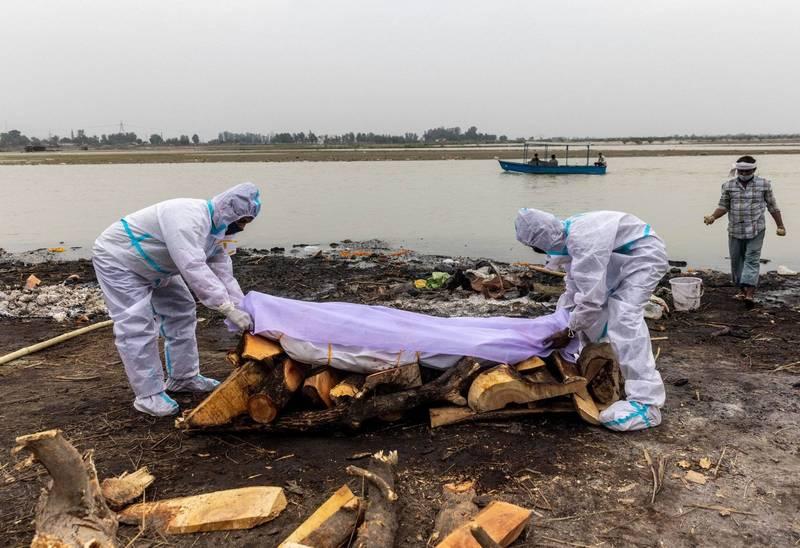 印度恆河中近期撈起大批浮屍,官方文件證實部分死者死於武肺。(路透)