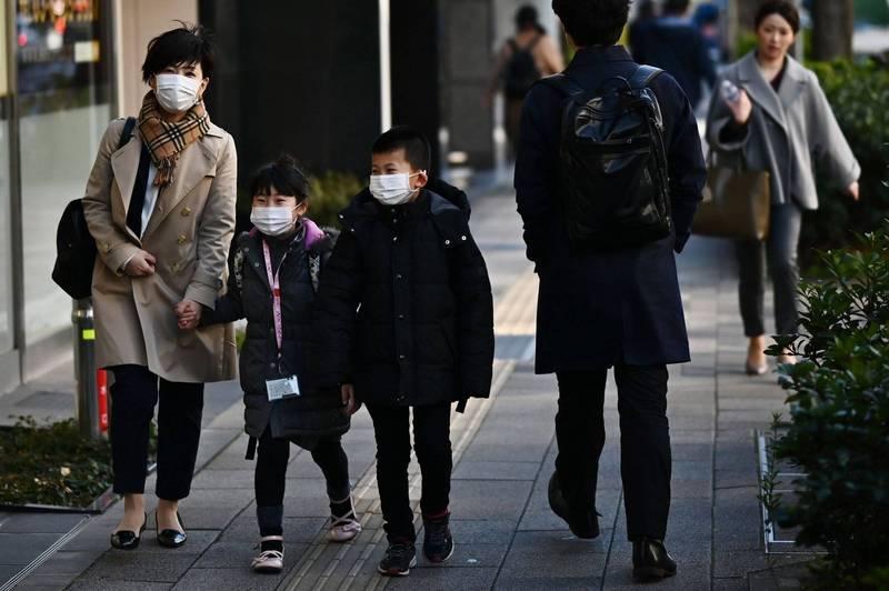 日本厚生勞動省昨日發表研究顯示,日本20歲以下的確診者,有七成來自家庭內感染,其中被父親傳染者占了一半。(法新社)
