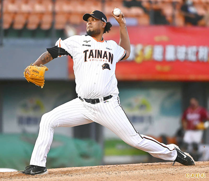 The Uni-President Lions' Felix Doubront pitches during their CPBL game against the Rakuten Monkeys in Tainan yesterday. Photo: Chen Chih-chu, Taipei Times