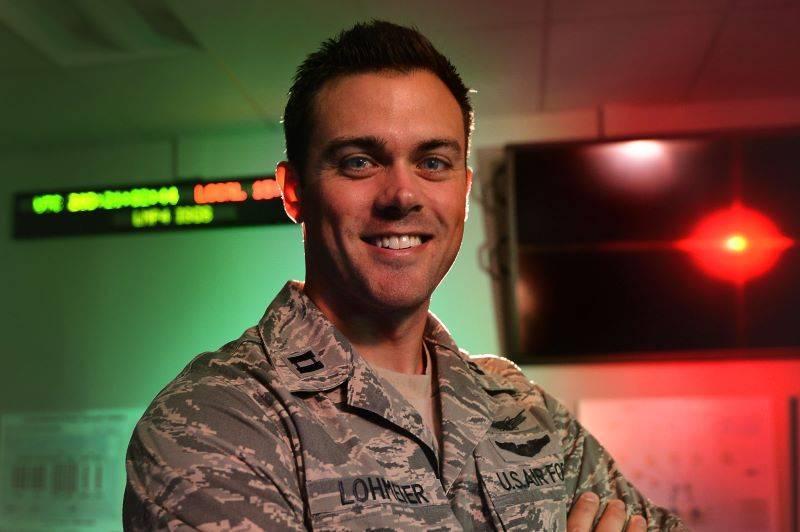 美國太空軍第11太空預警中隊(11th Space Warning Squadron)司令指揮官馬修‧洛邁爾(Matthew Lohmeier)中校因為批評美國軍方,聲稱帶有馬克思主義的意識形態在軍中愈發普及,因而遭到革職。(翻攝自美國空軍)
