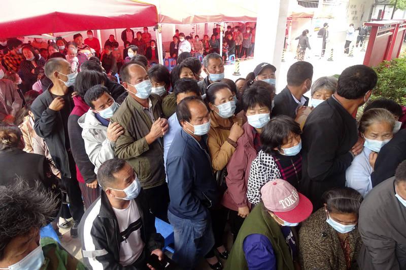 中國安徽省再傳疫情,民眾大排長龍排隊等候疫苗接種。(美聯社)