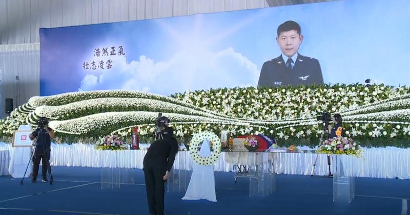 空軍司令部今上午於台東志航基地舉行殉職飛官潘穎諄烈士公祭典禮,蔡英文總統前往親頒褒揚令。(總統府提供)