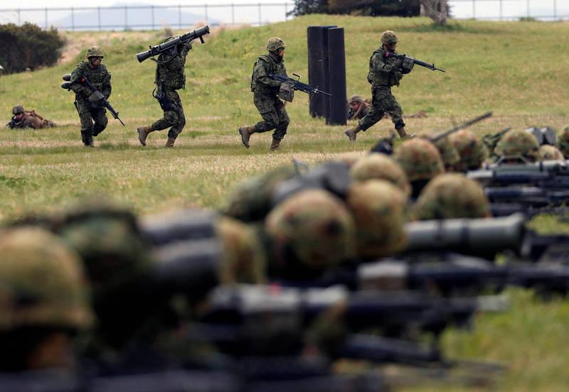 日本陸上自衛隊和法國陸軍、美國海軍陸戰隊在日本演習場實施離島防衛聯合訓練。(路透)
