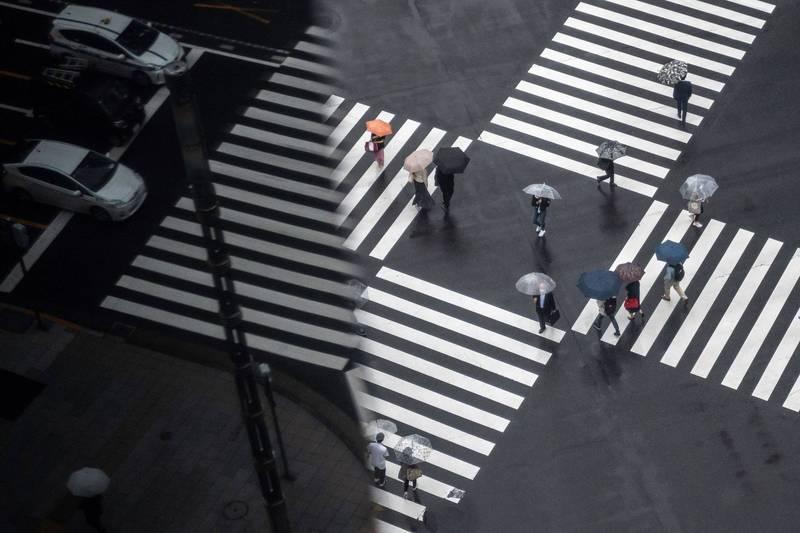 日本已經連續5日確診數超過6000人,根據厚生勞動省指標,共22個都道府縣近一週新增感染人數達到代表疫情爆發式擴大的「第四階段」。(法新社)