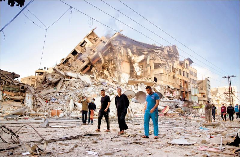 以色列昨再空襲加薩市,原本十五層的大樓,已化為一堆瓦礫。(美聯社)