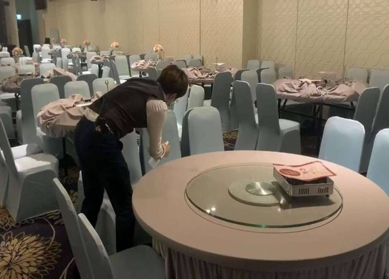 賓客吃喜酒慘被葡萄盤商傳染武漢肺炎,彰化最大喜宴會場的花壇鄉全國麗園餐廳,業者火速以酒精抹拭桌椅消毒。(記者湯世名翻攝)