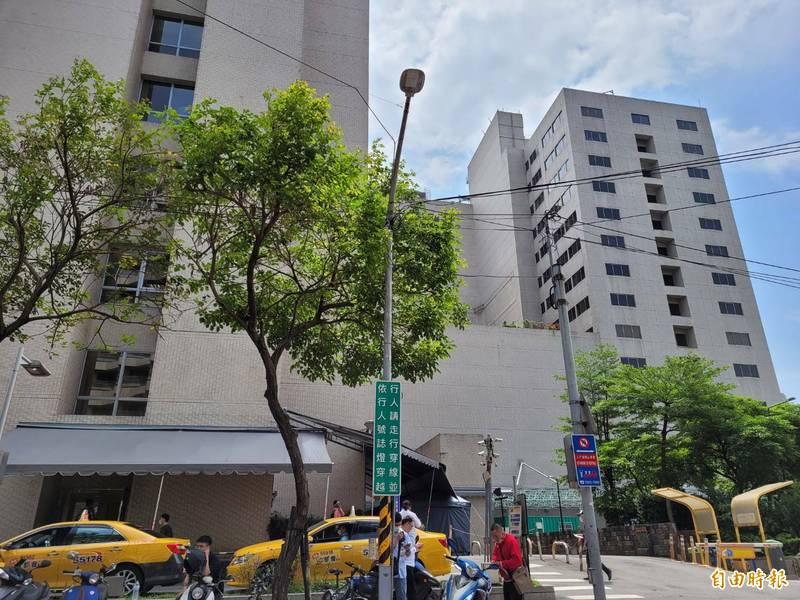 亞東醫院爆發群聚感染事件,院方證實經擴大採檢,已有7名陽性個案。(記者賴筱桐攝)