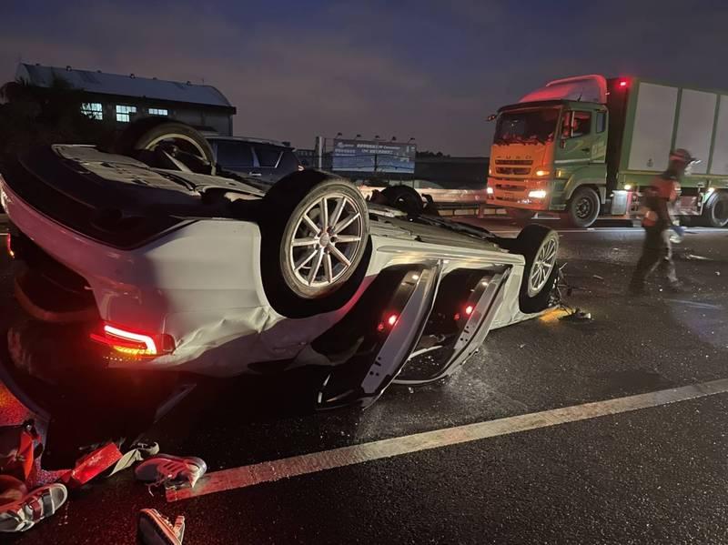 自小客車連撞2大車之後,失控翻覆。(民眾提供)