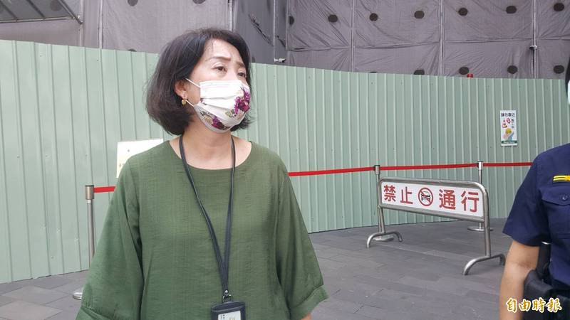 北院行政庭長黃珮禎到場了解臨時收發文件窗口。(記者溫于德攝)