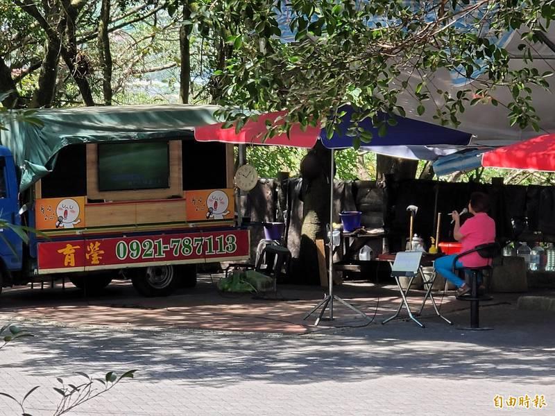 南投縣防疫升級,但埔里鎮民眾投訴地理中心碑仍有移動式卡拉OK車營業。(記者佟振國攝)