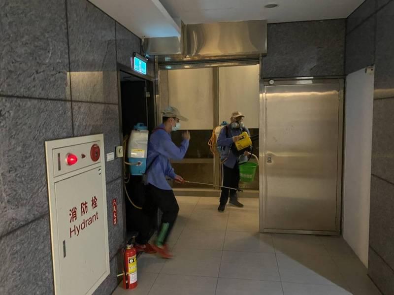 海山警分局聯繫廠商於派出所內進行全面消毒作業。(記者徐聖倫翻攝)