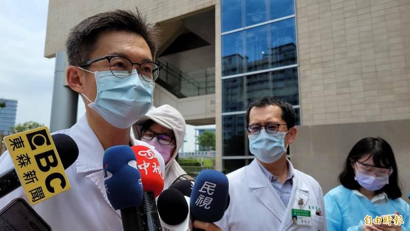 亞東醫院副院長邱冠明(左)表示,已啟動院內感染應變作為,相關接觸者匡列隔離,目前院內員工採檢均為陰性。(記者賴筱桐攝)