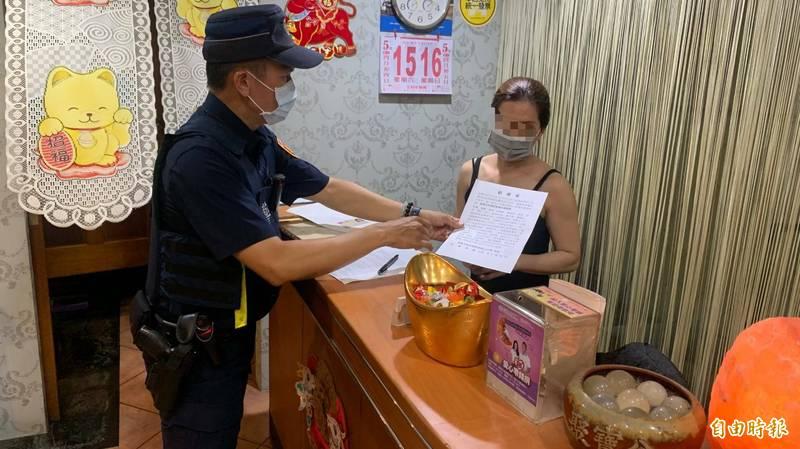 警方要求業者遵守防疫停業規定。(記者陳文嬋攝)