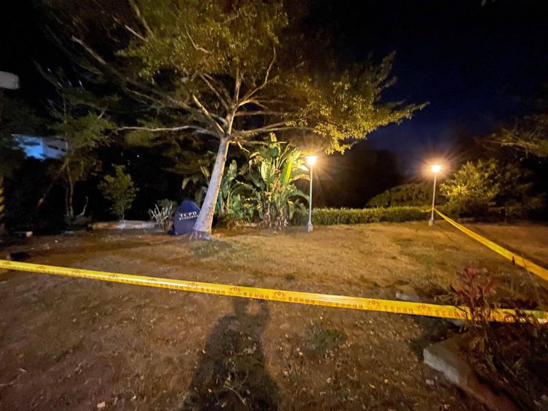 男子被發現跪趴在圖中公園內,已明顯死亡。(記者許國楨翻攝)