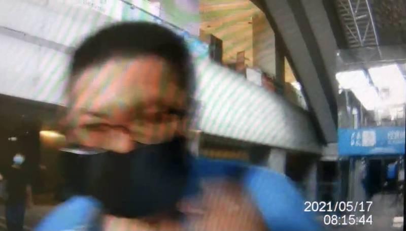 46歲李姓男子今天上午7點多,搭乘桃園機場捷運北上303車次,因在車廂內未將口罩戴好、完全遮住鼻子,與人發生爭執。(記者魏瑾筠翻攝)