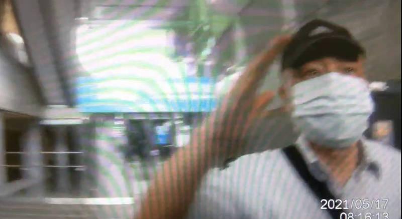 66歲閻姓老翁見有男子在車廂內未將口罩戴好、露出鼻子,上前勸阻後與男子發生爭執。(記者魏瑾筠翻攝)