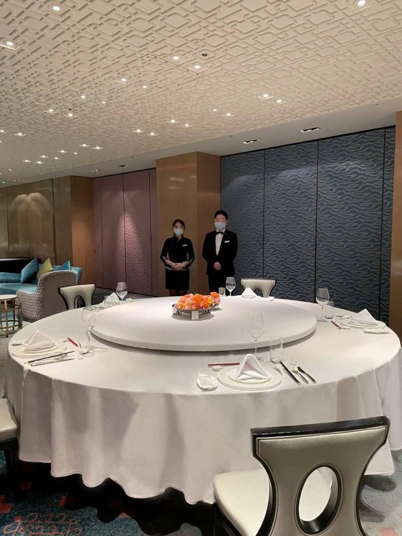 台北國賓大飯店為因應嚴峻疫情,祭出九大防疫措施,飯店內所有餐廳皆落實進入飯店大門時,以紅外線系統測量體溫。(台北國賓大飯店提供)