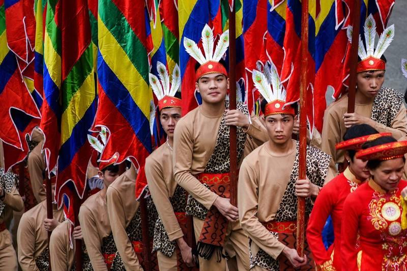原屬「抗疫前段班」的越南也在上月底失守,全國近半省巿均傳出疫情。圖為越南富壽省一座寺廟4月21日舉行限聚令解除後第一場集會慶典活動。(路透)