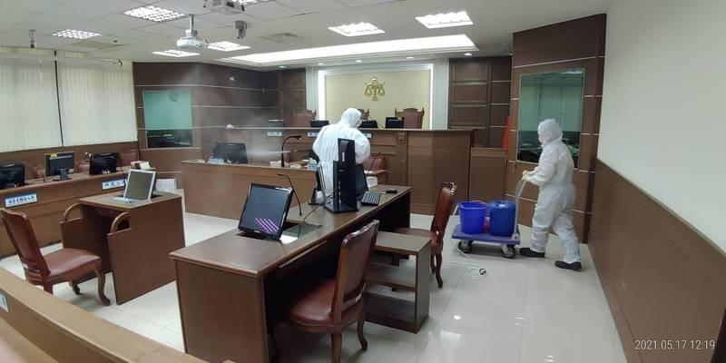 新北地院今日針對法庭進行消毒。(新北地院提供)