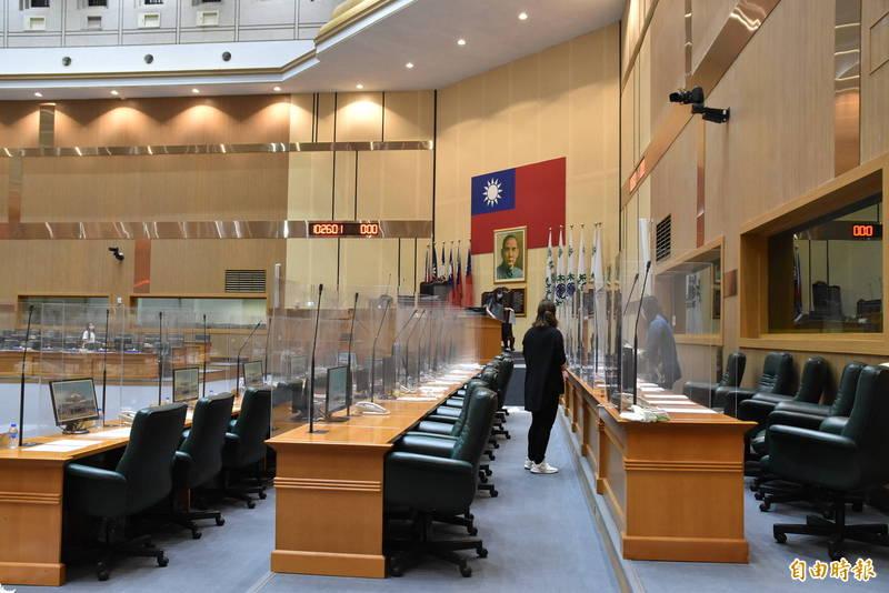 雲林縣議會加強防疫,議事廳內各座位間加裝透明塑膠隔板,各黨團總召今天下午開會決議定期會延期。(記者黃淑莉攝)