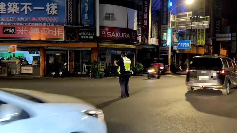 花蓮、吉安市區約在晚間八點多就開始有路燈不亮、部份住戶停電,花蓮警方接獲通報後,派出警力以人力進行交通管制。(記者王錦義翻攝)
