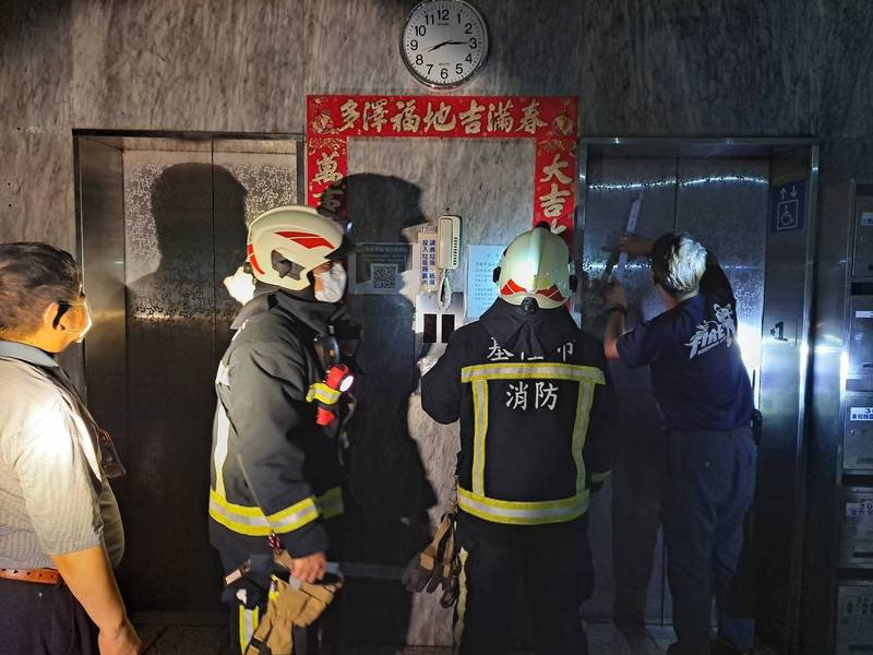 台電今晚8點10分不預警大停電,基隆市消防局獲報有3位市民受困電梯,緊急出勤,順利將受困民眾救出,虛驚一場。(記者林嘉東翻攝)