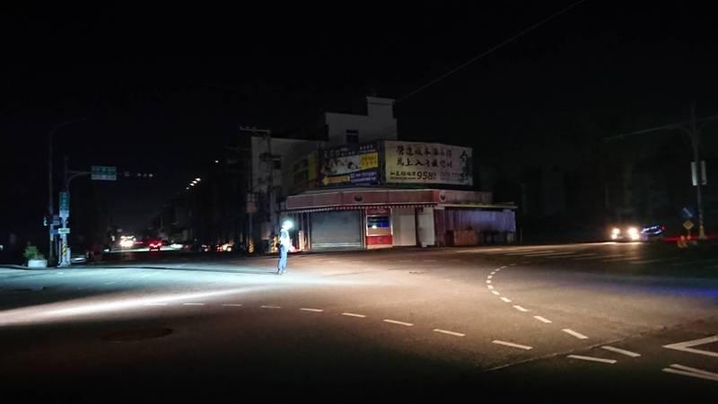 彰化縣和美、伸港、線西今晚陸續大停電,交通號誌停擺,街道一片漆黑,警員站在路口指揮交通。 (記者湯世名翻攝)