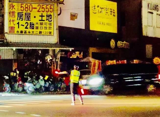 台電晚間再次無預警分組輪流停電,南市200多組號誌停擺,員警出動指揮交通,電力已於晚上9點40分恢復正常供電。(台南市政府提供)