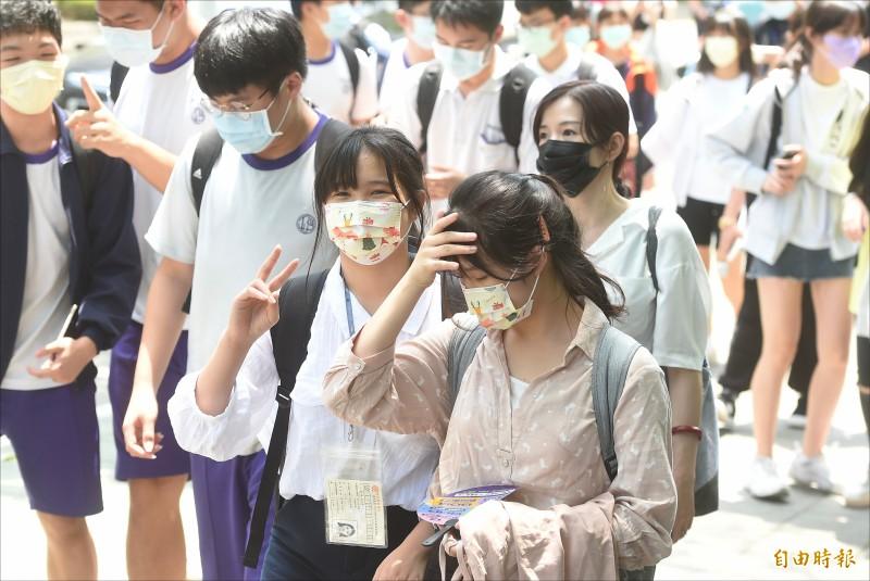 國中會考十六日最後一節英聽考試結束,考生開心步出考 場。(記者簡榮豐攝)
