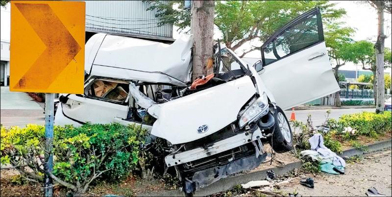 吳姓男子駕駛休旅車,昨行經大峰路 時失控撞路樹,整輛車對折包著樹幹 成「ㄑ」字形。(記者陳建志翻攝)