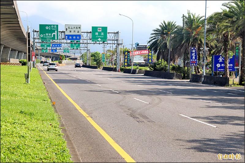 宜蘭主要聯繫雙北的國道5號,前日車流量就明顯減少,至昨為止,不論是主線還是側車道,幾乎都空蕩蕩。(記者林敬倫攝)