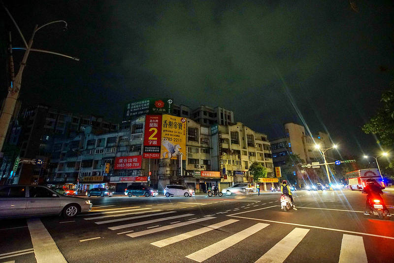 Vehicles drive past the intersection of Minquan E Road and Ruiguang Road in Taipei's Neihu District at 9pm yesterday amid a rolling blackout in Taiwan. Photo: CNA