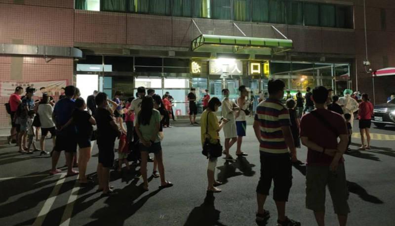 上百人為做快篩,擠爆彰化醫院。(畫面由民眾提供)