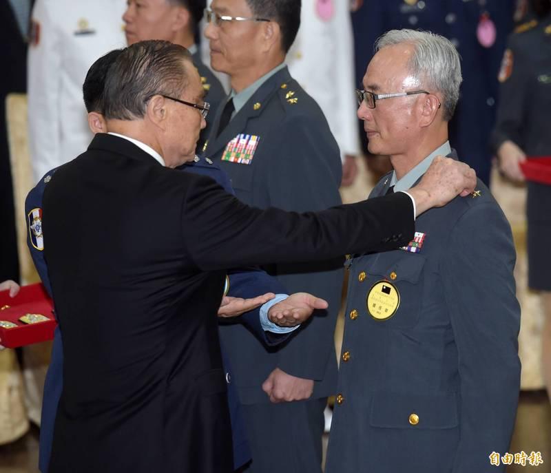 原國安局主任秘書陳進廣中將(右),今日起升任國安局副局長。(資料照)