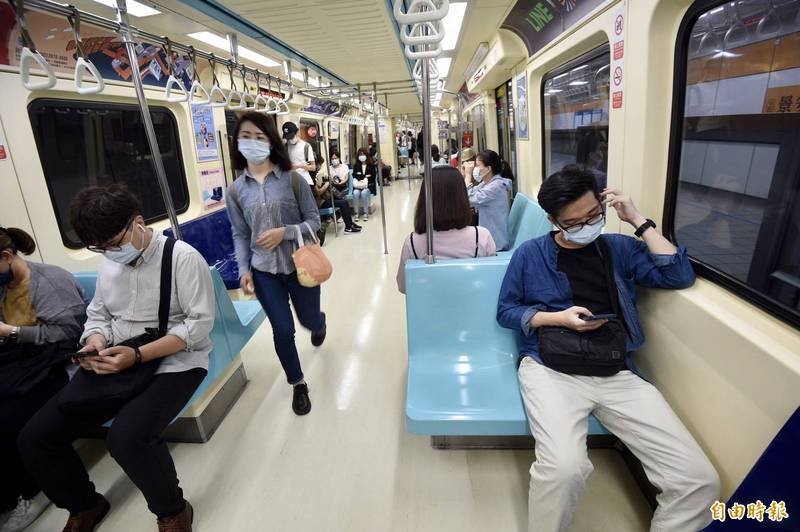 雙北疫情提升為三級警戒後的第一個上班日,台北捷運搭乘的人數比平常少許多。(記者羅沛德攝)
