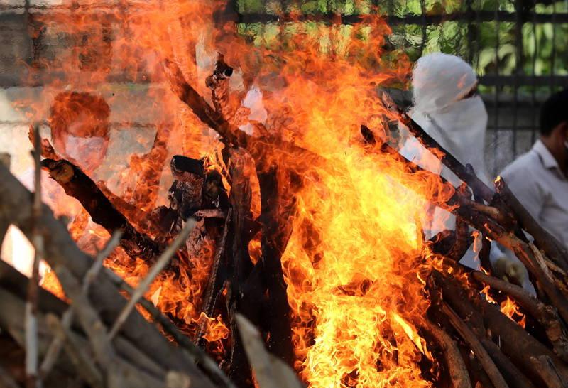 印度疫情相當嚴峻,各處可見臨時火葬場林立。(歐新社)