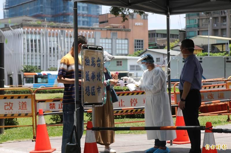 台北市目前開出5處篩檢站,副市長黃珊珊呼籲民眾,沒有症狀的人可以先暫緩去檢驗,強調先把社區帶原者找出來隔離起來,才能斬斷社區傳染鏈。(資料照)