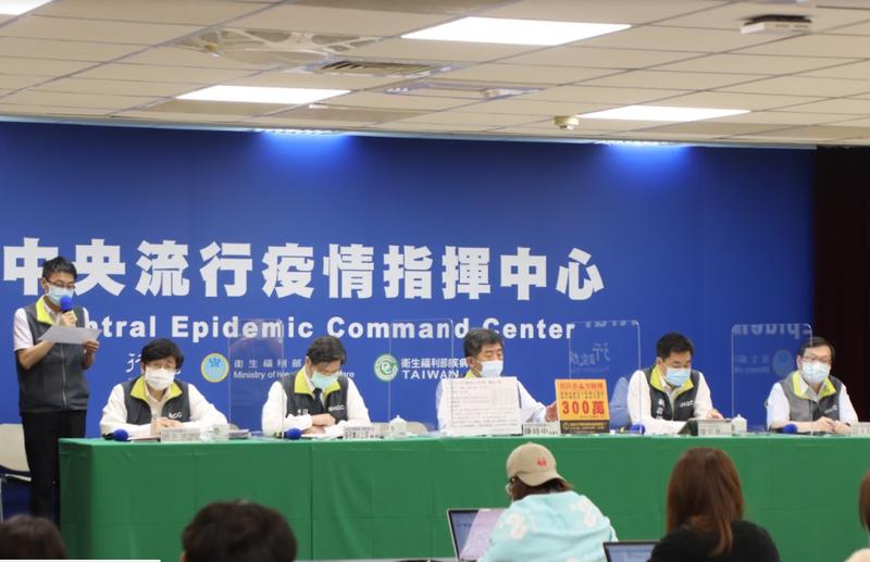 中央流行疫情指揮中心專家諮詢小組召集人張上淳表示,目前應該是一條傳播鏈但在不同地點偵測到,屬於台灣社區一個大群聚事件。(指揮中心提供)