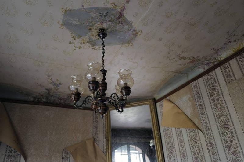 德州女子卡德納斯,日前睡覺時遭天花板滴落的「液體」叫醒,後來才發現原來是樓上獨居鄰居過世所滲出的血水沿著吊扇流下,示意圖。(美聯社)