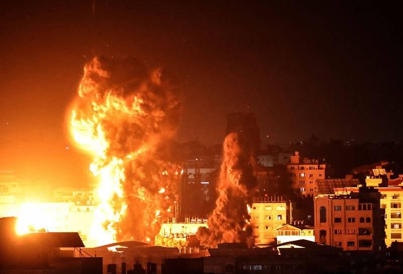 以色列軍機於週一凌晨持續空襲加薩市,現場火光沖天。(法新社)