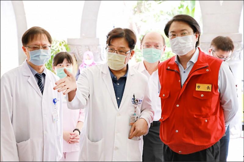 基隆市長林右昌(右)昨視察衛生福利部基隆醫院,了解醫院負壓病房整備情形。(基隆市政府提供)